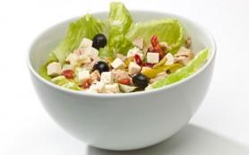 Весенний салат с сыром фета и шпинатом