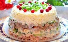 Куриный салат с яйцами и грибами