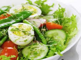 Весенний салат с редисом и яйцом пашот