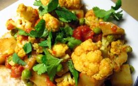 Цветная капуста с картофелем в индийских специях