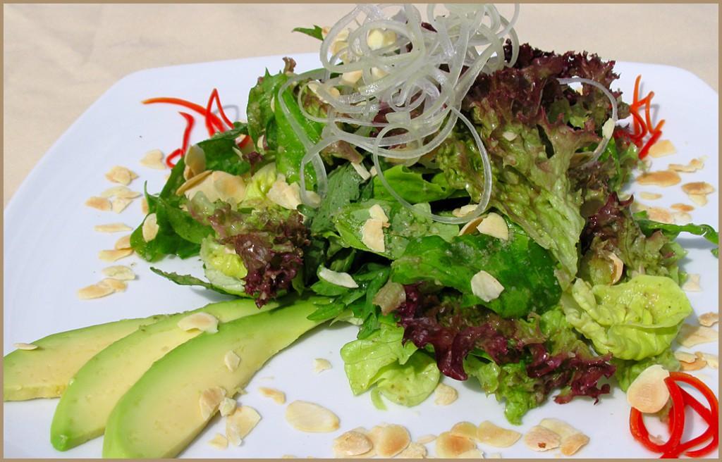 В ее составе присутствует большое количество свежих овощей и зелени.