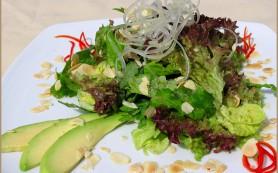 Зеленый салат с русским соусом