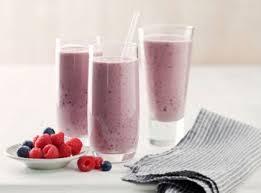 Молочный коктейль с замороженными ягодами