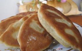 Вкусные жаренные пирожки с рисом и маринованными огурцами