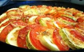 Запеканка из кабачков и помидоров с сыром.