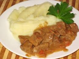 Гуляш с подливкой и картофельным пюре