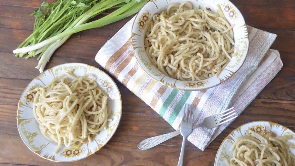 Спагетти с жареным луком