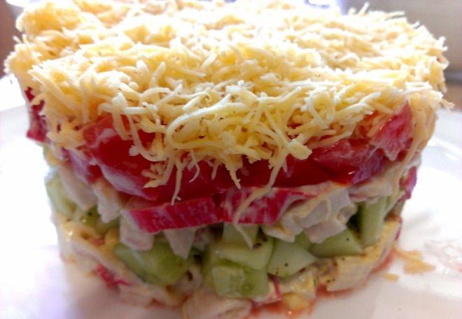 «Безумный салат» из крабовых палочек