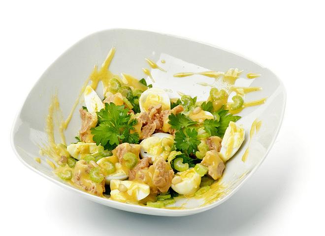 Салат с печенью трески, сыром и яйцами