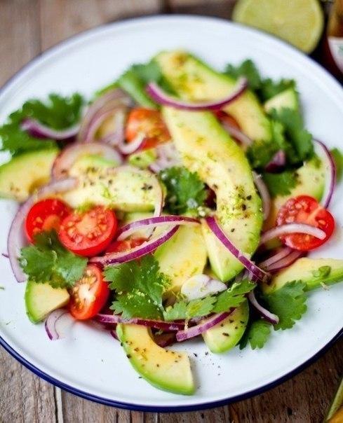 Постный салат из авокадо с помидорами