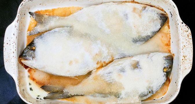 Блюдо дня: морской окунь, запеченный в соли