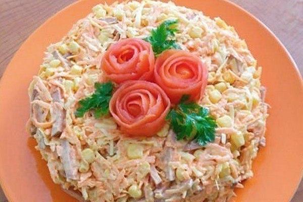 Быстрый салат с морковью и копченой колбасой