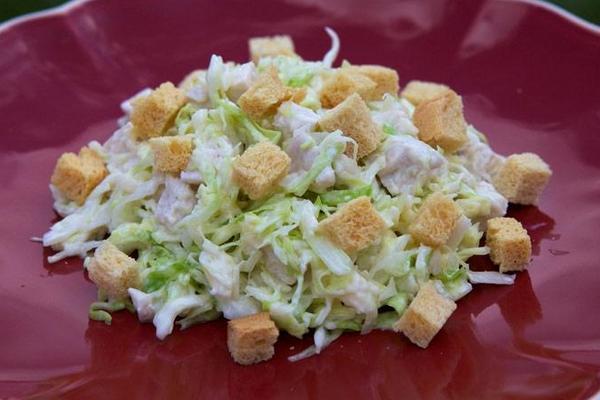 Простой капустный салат с куриным филе