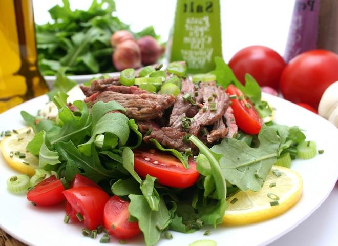 Теплый салат с телятиной и горчичной заправкой