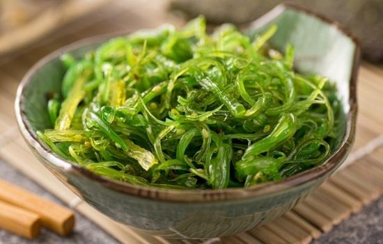 Простейший рецепт салата с морской капустой и с яйцом