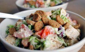 Салат с курицей, сухариками и фасолью.