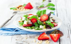 Рецепты с клубникой: салат из клубники, шпината и фета