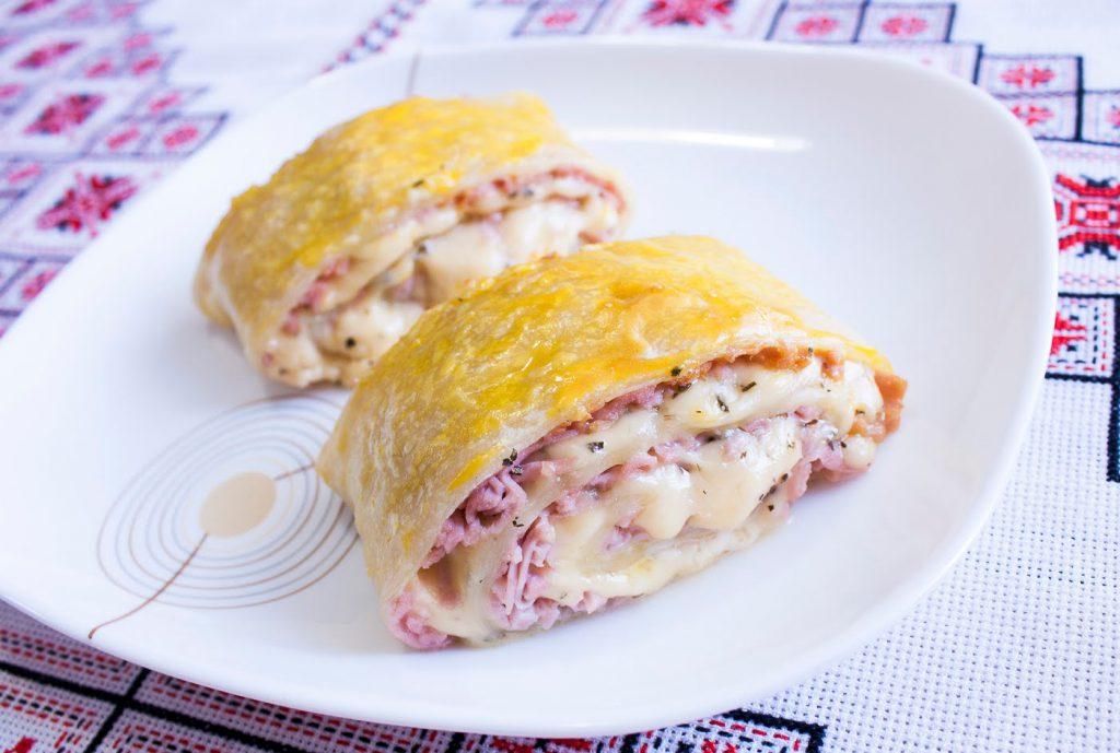 Слоеное тесто с сосисками