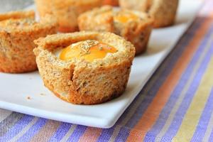 Корзинки из цельнозернового хлеба с яйцом и беконом