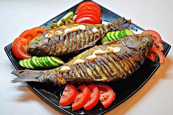 Рыба, запечённая с помидорами и сыром