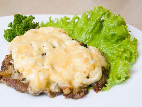 Запеченное мясо с грибами и сыром
