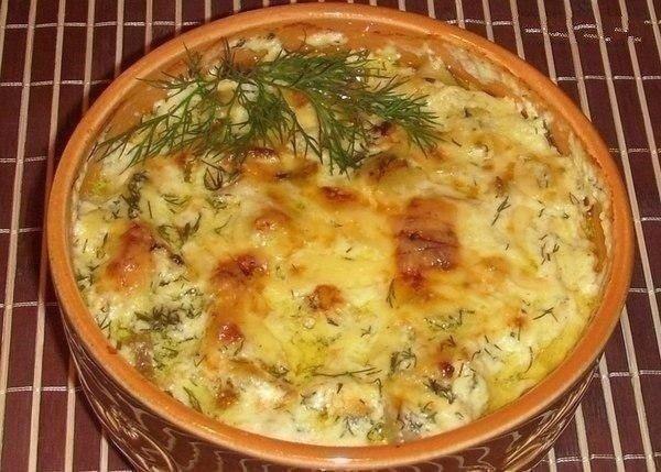 Картошка с курицей и грибами под соусом в глиняных горшочках