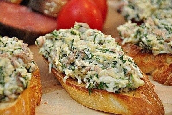 Закусoчныe бутербpoды с пeчeнью трecки и сыром