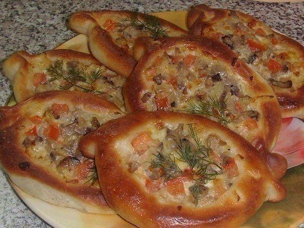 Пирожки-лодочки с сырно-грибной начинкой