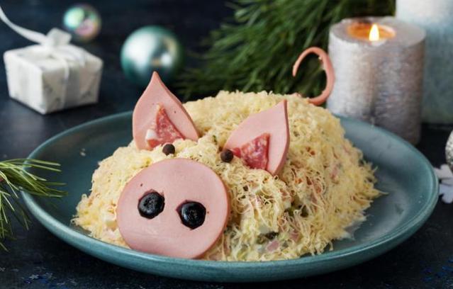 Новогодний салат: Оливье в форме свинки