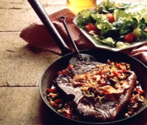 Говяжий стейк с фасолевым пюре и маслинами