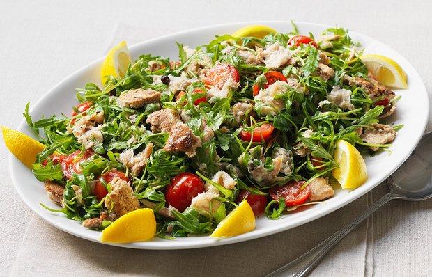 Салат со скумбрией и рукколой