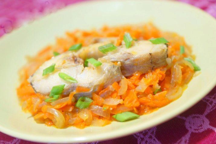 Минтай в мультиварке с морковью и луком со сметаной