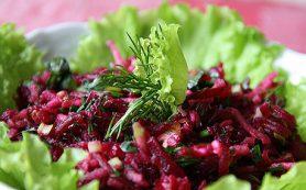 Салат из свеклы, шпината и грибов