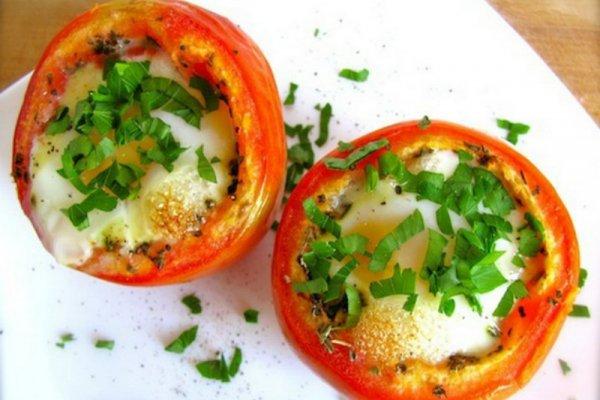 Яйца с сыром в помидорах