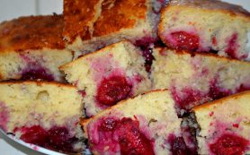 Простой и быстрый пирог на кефире с вишней
