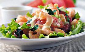 Теплый салат с рапанами и креветками