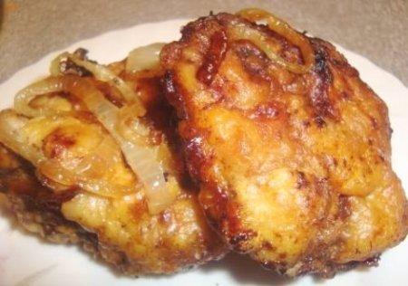 Вкусные отбивные из печени с луком