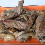 Тушеная говядина с шампиньонами и луком