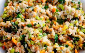 Сытный картофельный салат с беконом, красным луком и сладкой кукурузой