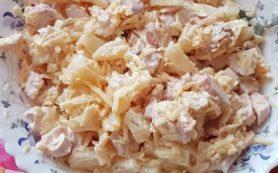 Салат с копченой курицей, сыром и ананасами