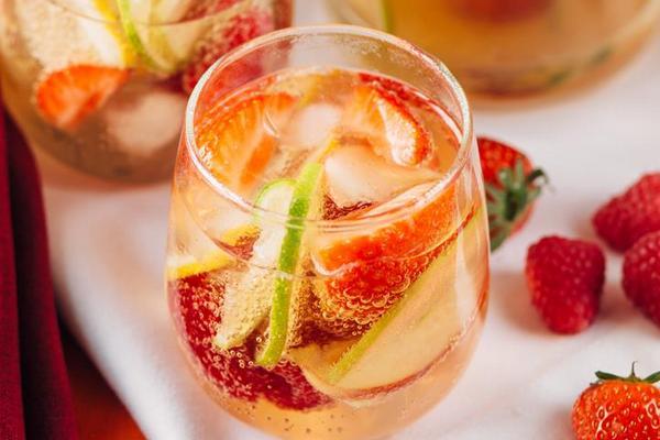 Сангрия из белого вина с фруктами