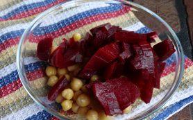Свекольный салат с нутом и черносливом