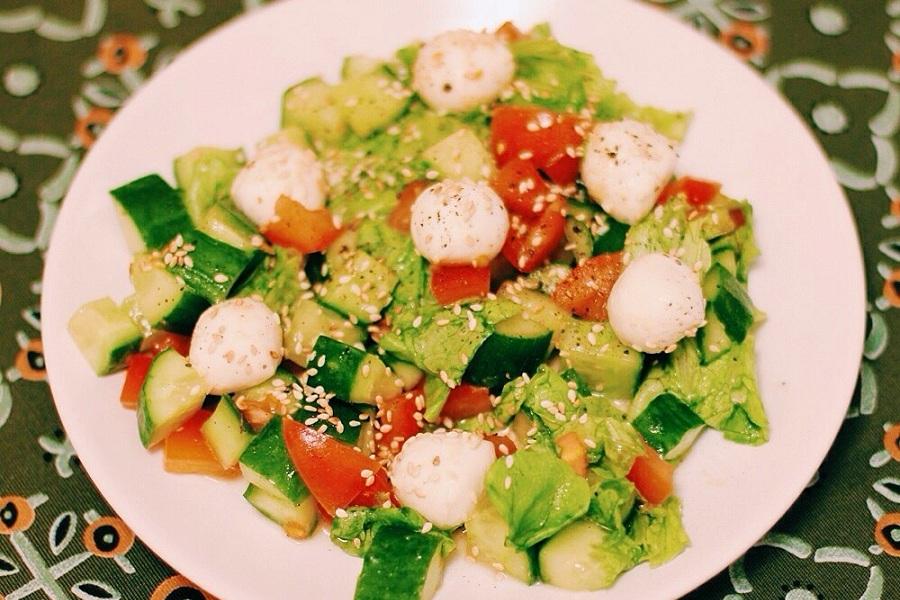 Легкий овощной салат с сырными шариками