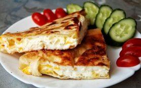 Омлет в лаваше с сыром на сковороде
