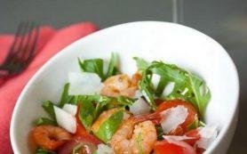 Салат из креветок, рукколы и помидоров черри