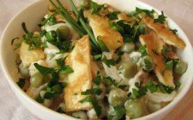 Салат с курицей и белковым омлетом