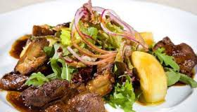 Теплый салат с куриной печенью и картофелем