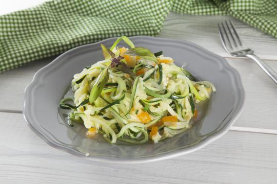 Спагетти из цуккини с помидорами и чесноком