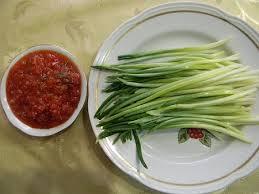 Весенняя закуска из черемши с томатами