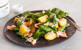 Теплый салат с картофолем и лососем